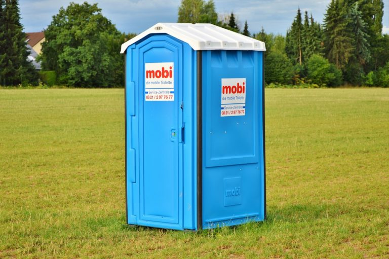 Toalety przenośne znajdziemy nie tylko na stadionach