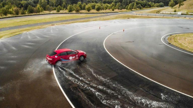 Profesjonalne szkolenia dotyczące bezpiecznej jazdy